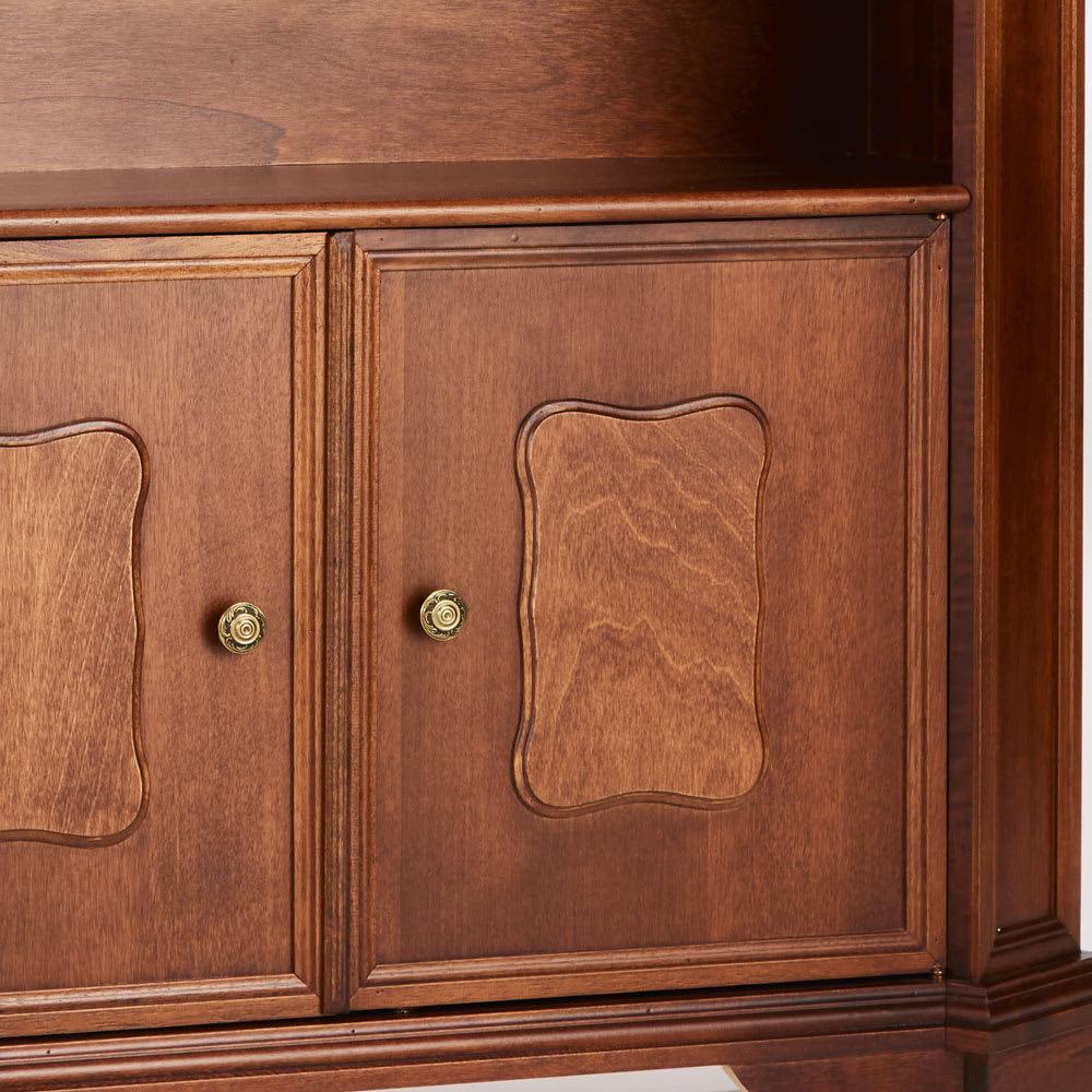 イタリア製ブックシェルフシリーズ 扉タイプ・高さ90cm 木目や色味の異なる板を張り合わせる伝統技法で、扉部を装飾。