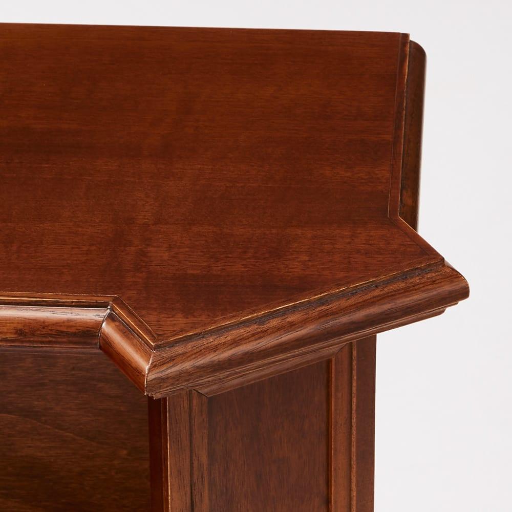 イタリア製ブックシェルフシリーズ オープンタイプ・高さ178.5cm ヨーロッパの建築様式を思わせる、柱状の側面に合わせてデザインされた天板。