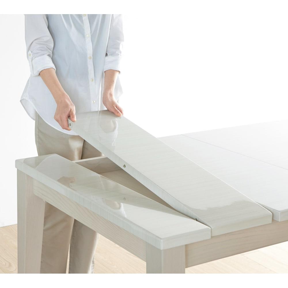 光沢が美しい 伸長式 モダンダイニング お得な4点セット(ダイニングテーブル+チェア2脚+ベンチ大) 天板を開いて追加天板を取り出し、真ん中にセット。あとは挟むように天板を閉じるだけで伸長可能。