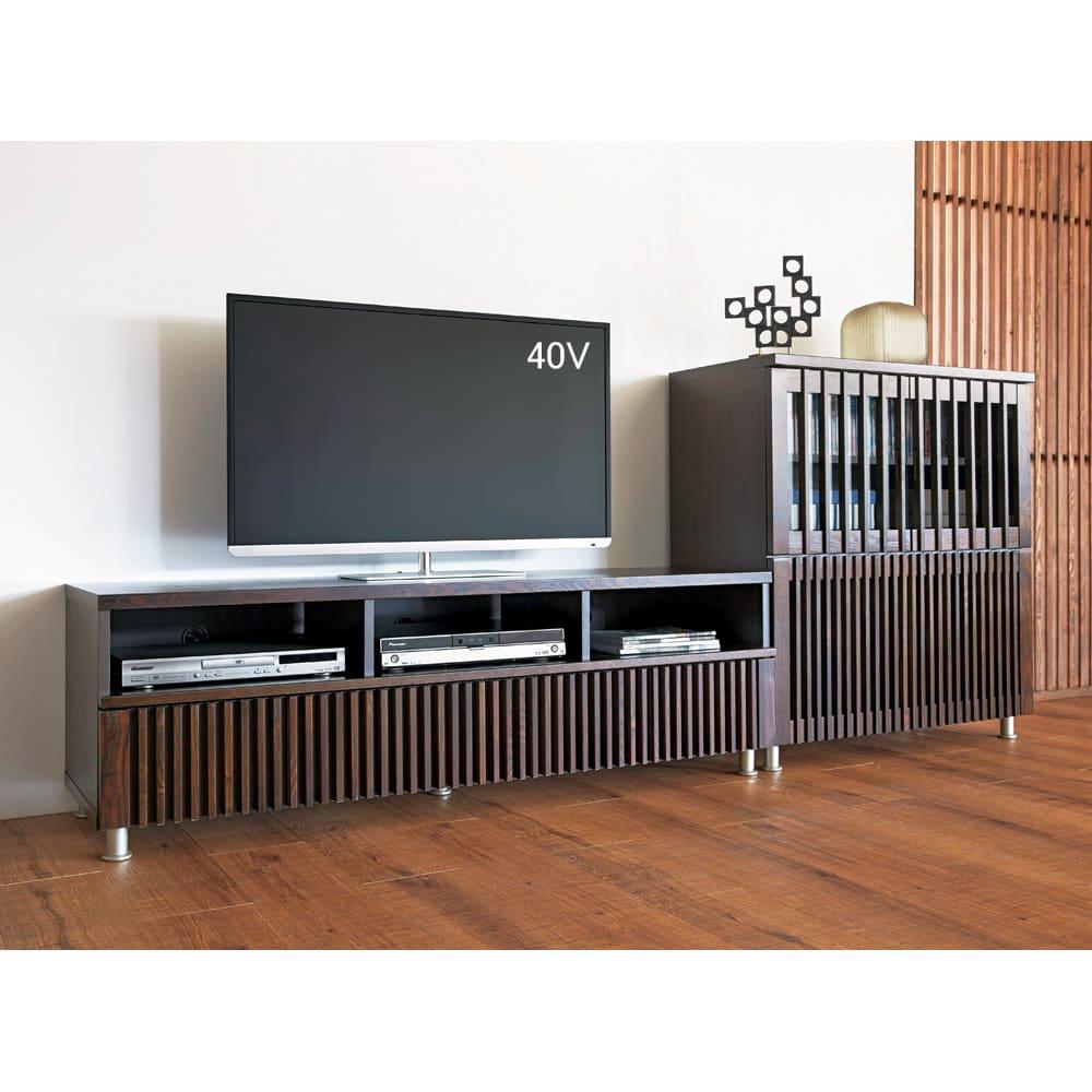 和モダン 格子リビング収納シリーズ テレビ台 幅150cm 天然木の風合いが和モダンな雰囲気を演出します。(イ)ダークブラウン 組合せ例。お届けはテレビ台幅150となります。