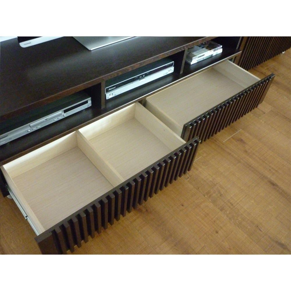 和モダン 格子リビング収納シリーズ テレビ台 幅150cm 引き出しは中仕切り付きと通常の2種類に分かれています。