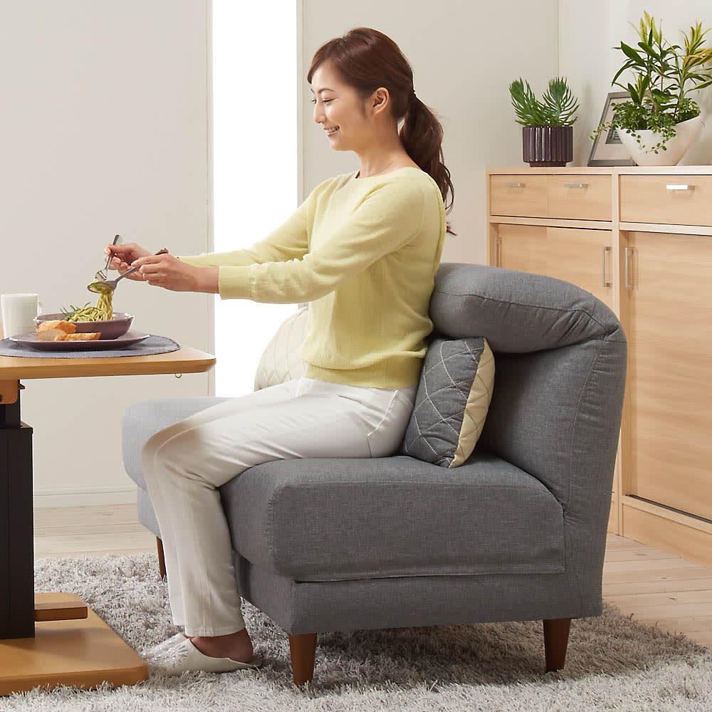 リクライニングソファ2人掛け 食事をする時は背もたれを手前に倒せば、ソファの奥行が縮まり食事がしやすくなります。