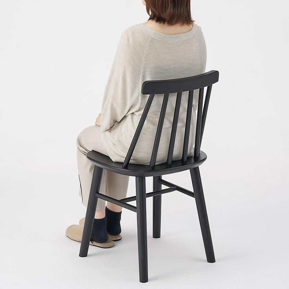 おうちの時間が快適になるオーク天然木ブルックリンダイニングシリーズ 5点セット(テーブル・幅150cm+ウィンザーチェア4脚) 背もたれはカーブがあり、腰かけたときに安定感があります。