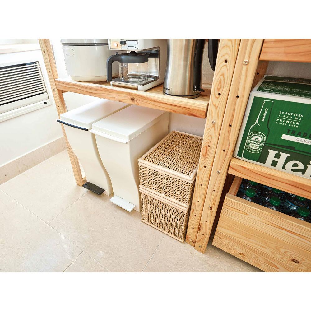 国産杉の無垢材キッチン収納 壁面突っ張りラック 幅89cm奥行38cm 棚板を上部に設置すれば、床にごみ箱などを置くスペースも生まれます。