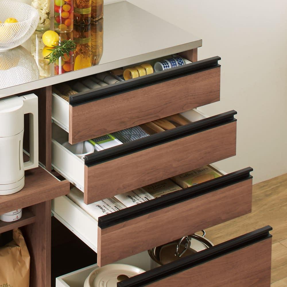 システムキッチンのようなステンレス天板カウンター 幅120.5cm 引出しは全段レール付きで開閉スムーズです。