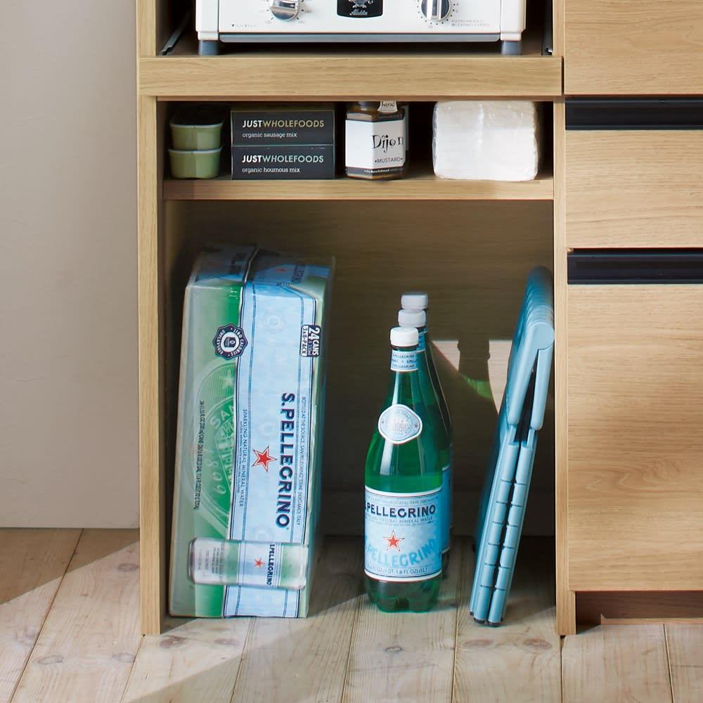 システムキッチンのようなステンレス天板カウンター 幅120.5cm 下段オープン部は底板がないので、重いペットボトルやストック類の収納にも。
