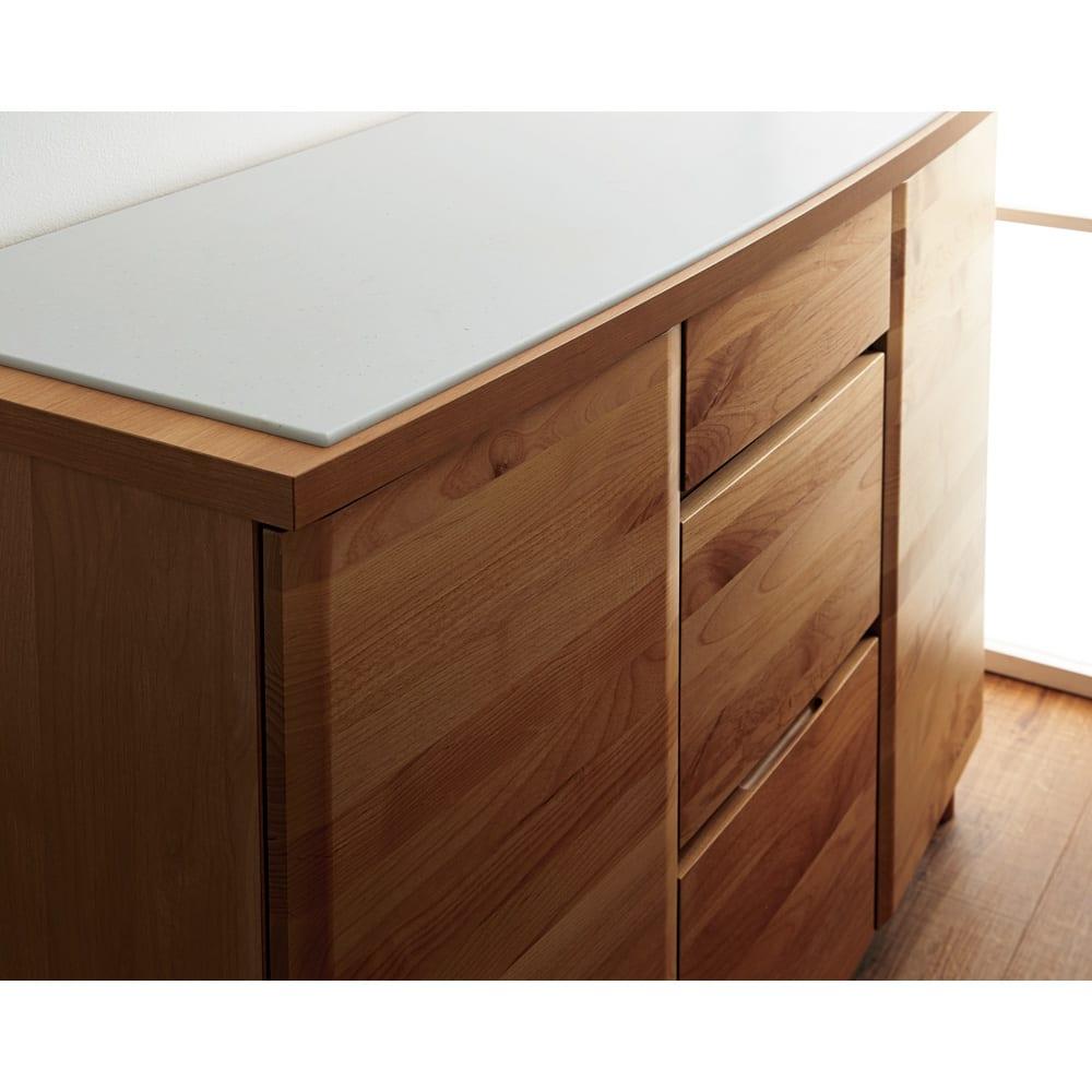 アルダー天然木アールデザインシリーズ キッチンボード 幅60cm 前面はアルダー天然木を贅沢に使い、こだわりのアールデザインで仕上げました。上質素材を引き立てるデザインが、キッチンを優雅に演出。