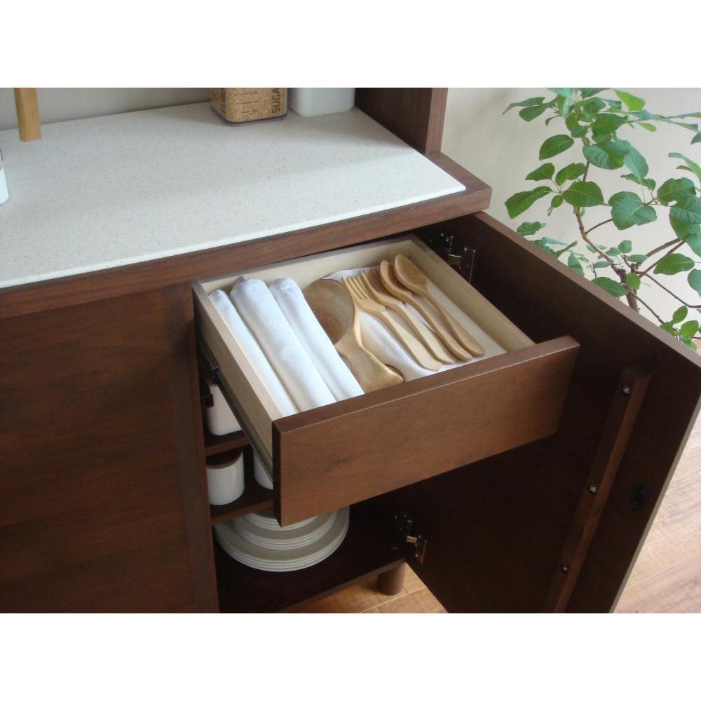 アルダー天然木アールデザインシリーズ キッチンボード 幅80cm カウンター扉内部には便利な小引き出しが付いています。 ※引出し小(有効内寸)・耐荷重:幅29 奥行27.5 高さ13 側板高さ6.5 cm・耐荷重量約10 kg