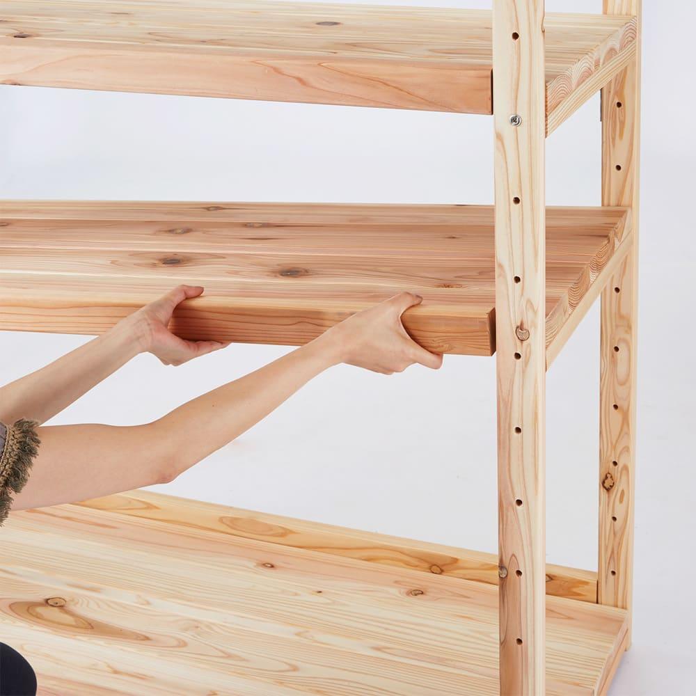 国産杉の無垢材キッチン収納 パントリーキッチンラック 幅89cm奥行51cm 棚板は縦枠の穴に合わせて可動できます。設置方法は板板にネジ止めされている桟木と、支柱とのボルト連結なります。