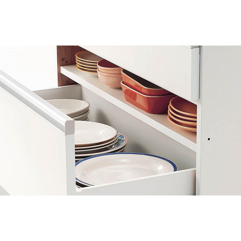 シンプルラインダイニングボードシリーズ 食器棚 幅88.5 高さ173.5cm 【棚付き引き出しのこだわり】 最下段の引き出しは中を2段に使える棚付き。背の高い鍋などをしまう時には取り外すことも可能です。