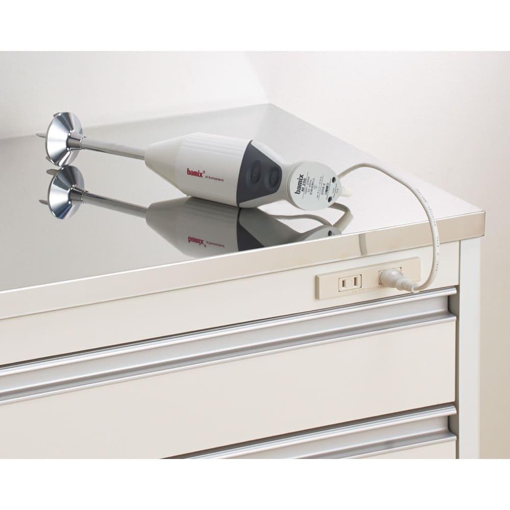 収納物を考えたキッチンカウンター ロータイプ(高さ85cm) 幅59.5cm 天板下には調理家電に便利な2口コンセント付き。
