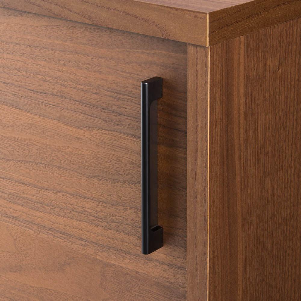 ウォルナットカウンター下収納庫 引き戸 幅120奥行30高さ100cm シックな印象のブラック取っ手。高級感のある仕上げ。