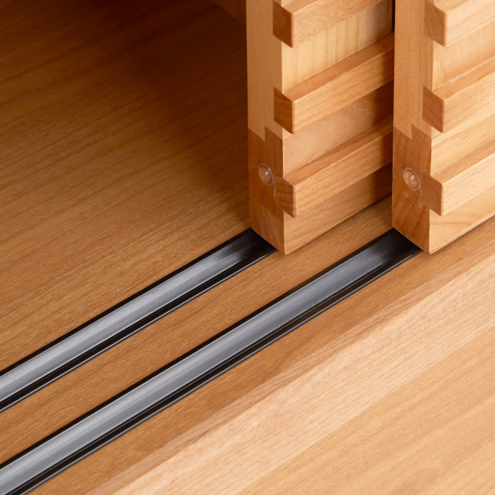 アルダー格子引き戸収納庫 幅90cm奥行35cm 扉はレール付でスムーズに開閉できます。
