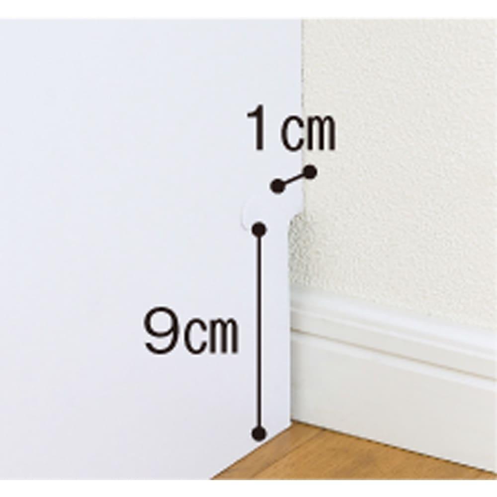 薄型で省スペースキッチン突っ張り収納庫 扉タイプ 幅45cm・奥行31cm 1cm×9cmで幅木避けられる、幅木カット仕様で壁面にぴったり。