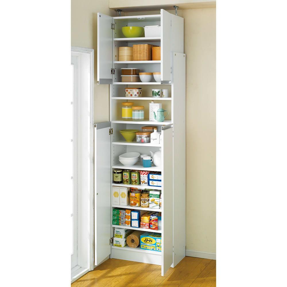 薄型で省スペースキッチン突っ張り収納庫 扉タイプ 幅60cm・奥行31cm 狭いキッチンのスペース活かす技ありの薄型キッチンラック。 棚の内寸奥行27.5cmを確保することで、大容量の調味料ボトルや食器、キッチンペーパーなどかさばる消耗品類のストックもまとめて収納できる設計です。