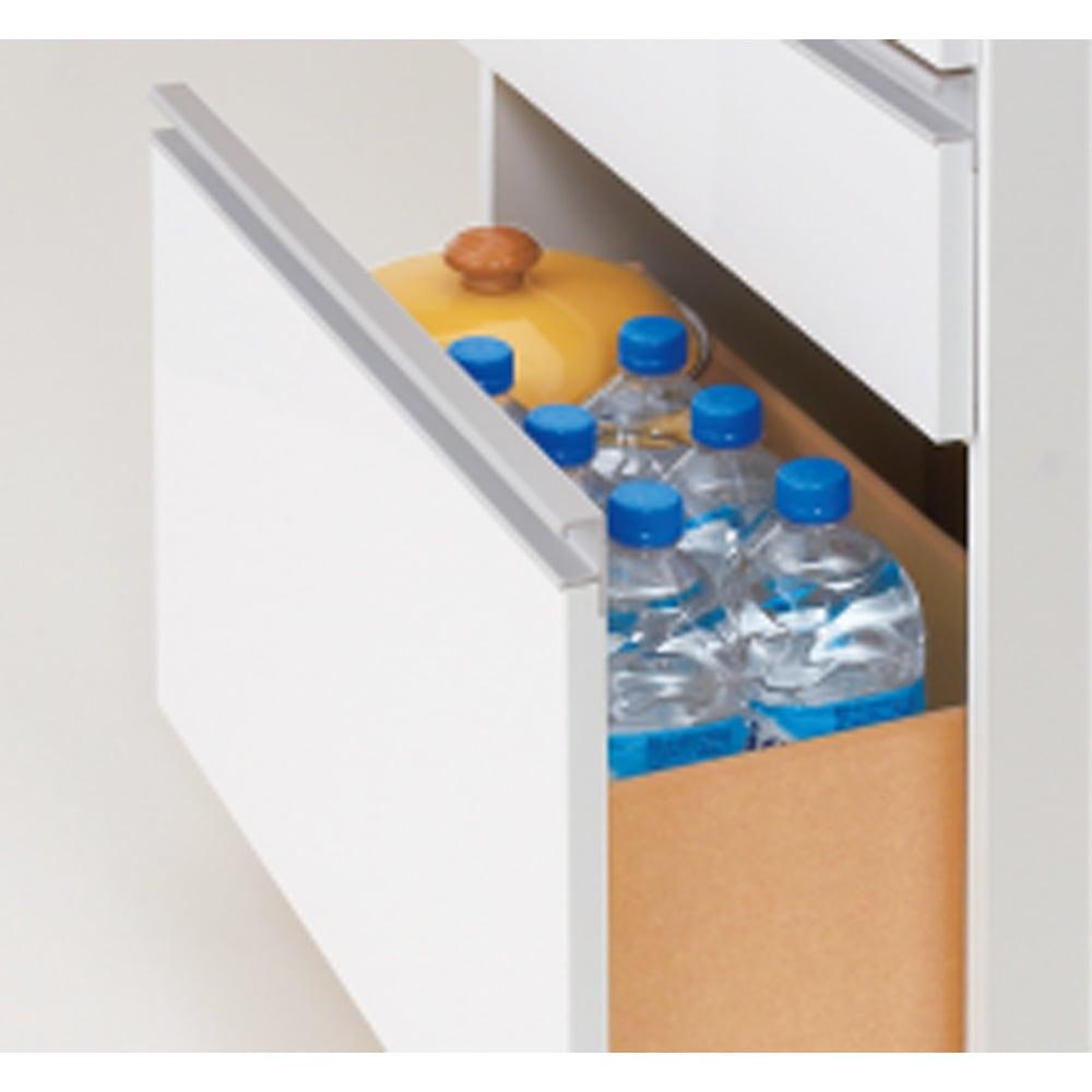 薄型で省スペースキッチン突っ張り収納庫 チェストタイプ 幅60cm・奥行31cm 最下段はペットボトルも収納可能。