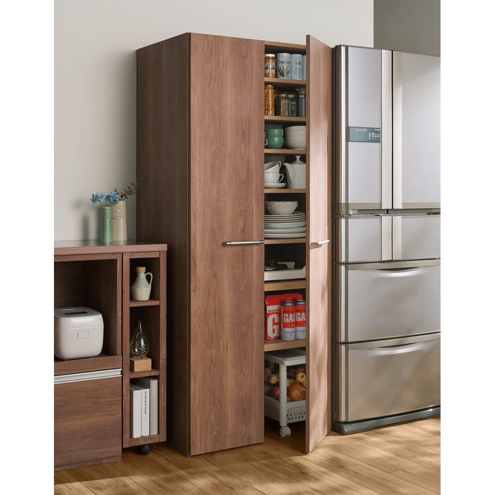 食器からストックまで入るキッチンパントリー収納庫 幅75奥行40cm (ウ)オリジナルウォルナット ガスボンベや常温保存の野菜のストックもここへ。 ※写真は幅75奥行55cmタイプです。