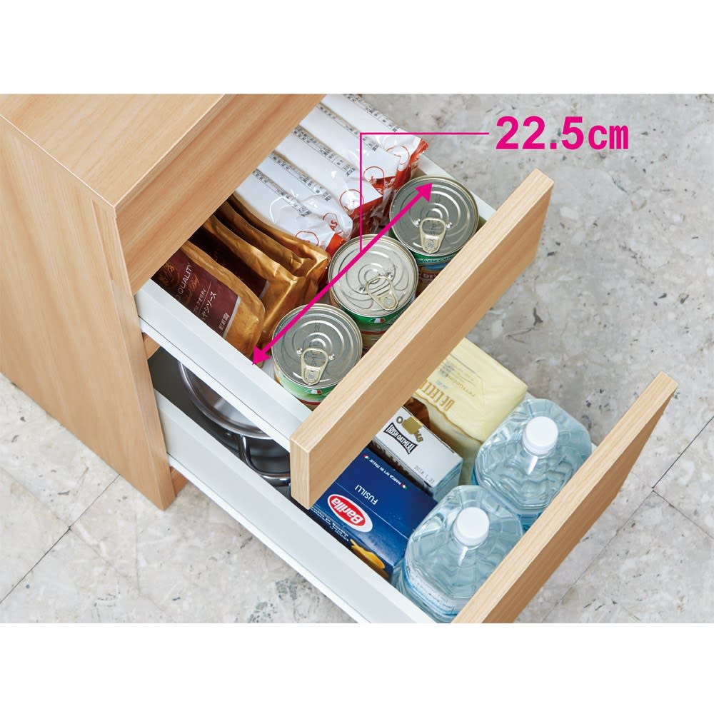 組立不要!幅1cm単位で62サイズから選べるすき間収納庫 ハイタイプ 幅31~45cm・奥行45cm 【引き出し収納例】幅32cm×奥行55cmタイプ(内寸…幅22.5cm×奥行44.5cm) レトルトカレーや袋めん、粉類や乾物など常温保存食品のストックに便利。下段には2Lペットボトルを横2列に並べて収納できます。