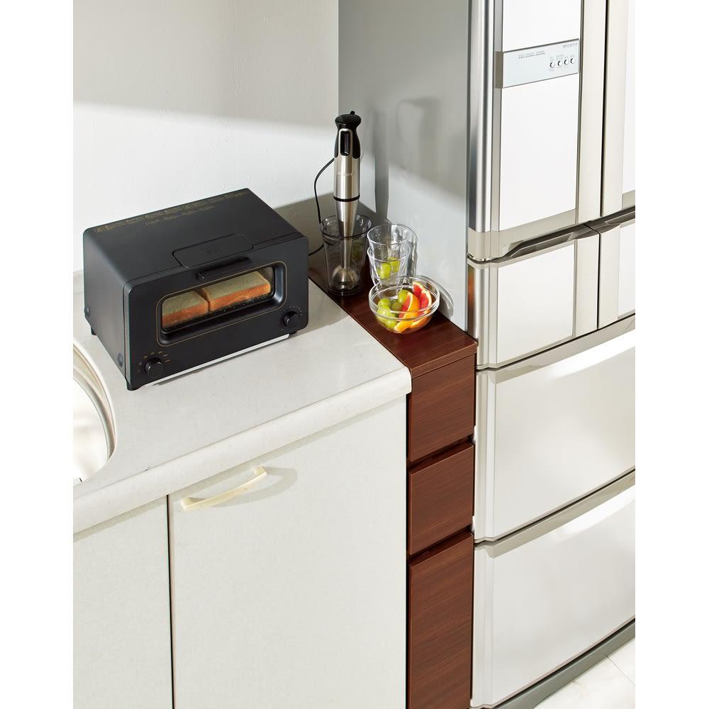 組立不要!幅1cm単位で62サイズから選べるすき間収納庫 ロータイプ 幅15~30cm・奥行55cm 使用イメージ(ウ)ブラックウォルナット木目 慌ただしい朝の朝食準備スペースに。 ※写真は幅15奥行45cmです。