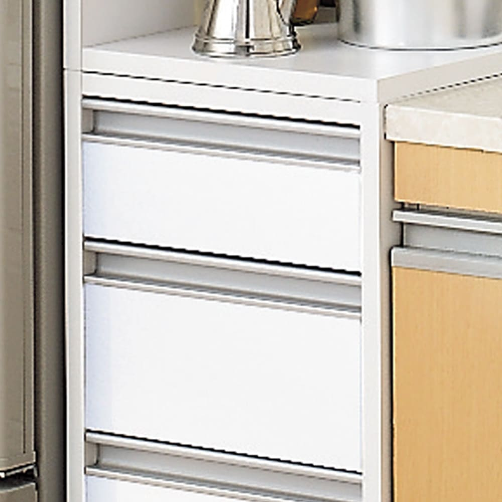 取り出しやすい2面オープンすき間収納庫 奥行44.5・幅12cm すっきりとした印象のフラットタイプ。 狭いキッチンでは出っ張りがないので◎