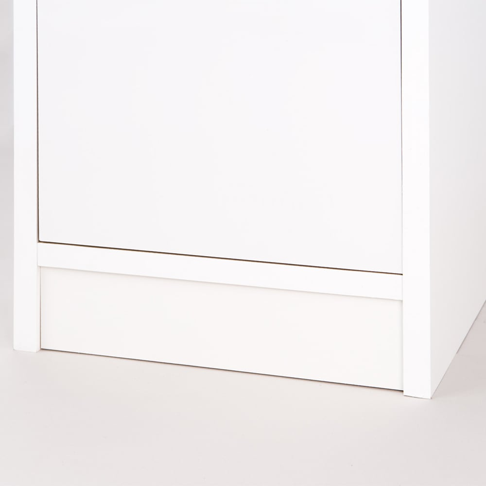 取り出しやすい2面オープンすき間収納庫 奥行55cm・幅15cm 最下段引出と床までは高さがあるので、キッチンマットを敷いていても安心して開閉できます。