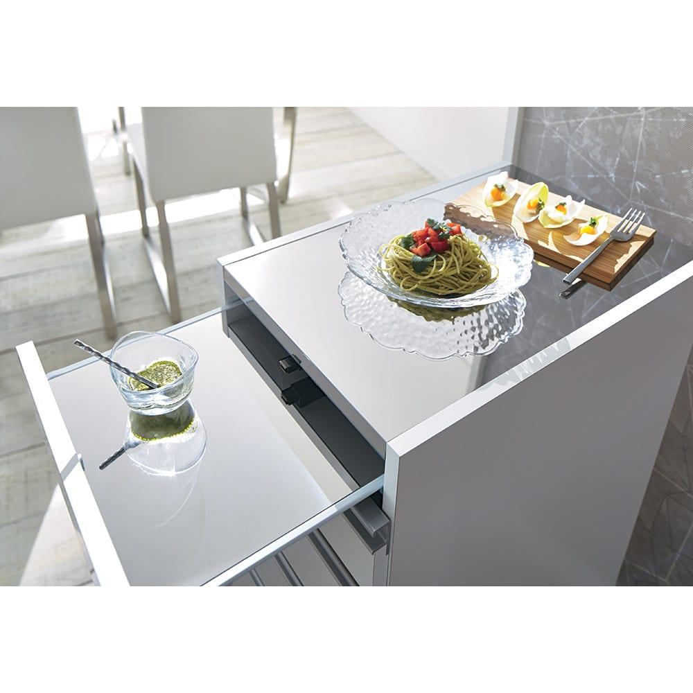 光沢仕上げダブルステンレス天板すき間収納庫 ハイタイプ高さ170cm 幅45cm 忙しい料理時間をサポートする清潔ステンレス。熱や汚れに強い天板は、調理スペースや食器洗い機置き場としても大活躍。食器の一時置きや盛り付けに便利なスライドテーブルも、こぼれた食材をサッと拭きとれて安心です。