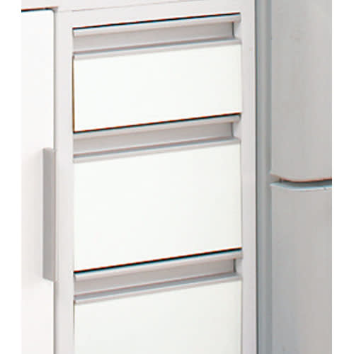 上品な清潔感のあるアクリル扉のキッチンすき間収納 幅30cm・奥行44.5cm 細かいものも収納しやすい引き出しタイプ。 取っ手も出っ張りがないので狭いキッチンでは便利です。