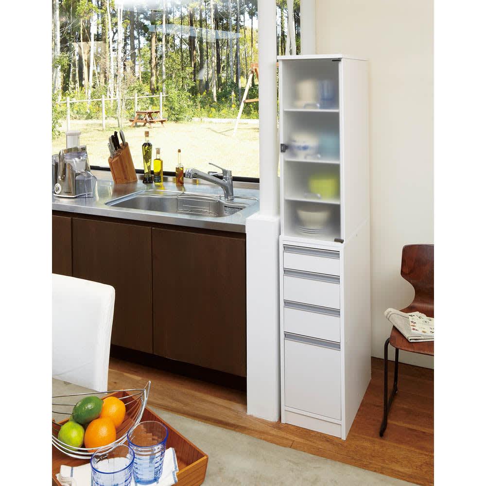 上品な清潔感のあるアクリル扉のキッチンすき間収納 幅15cm・奥行55cm ※写真は奥行55幅30cmタイプです。