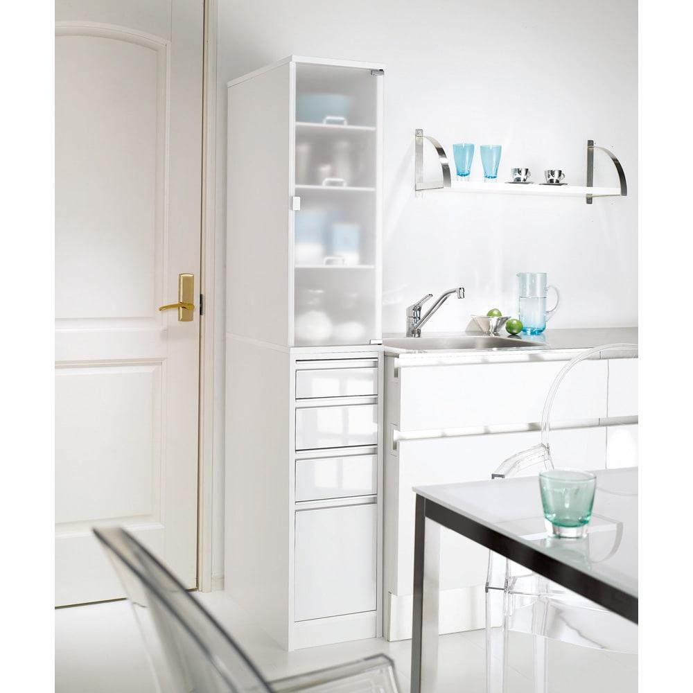 上品な清潔感のあるアクリル扉のキッチンすき間収納 幅15cm・奥行55cm (右開き) ※写真は幅30cm奥行55cmタイプです。