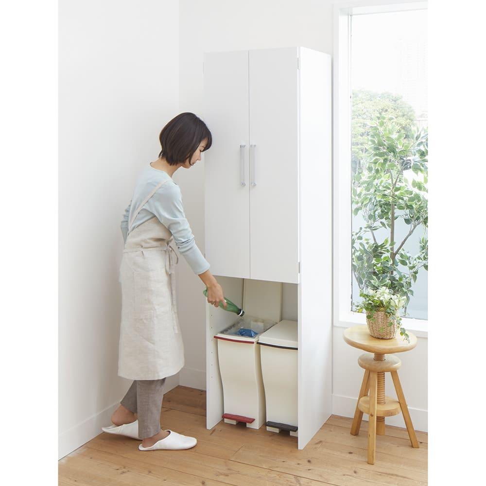 《幅59cm》ゴミ箱上を有効活用!下段オープンたっぷり収納庫 使用イメージ 付属の棚板を外せば背の高いゴミ箱も入ります。 ※写真は幅49cmタイプです。