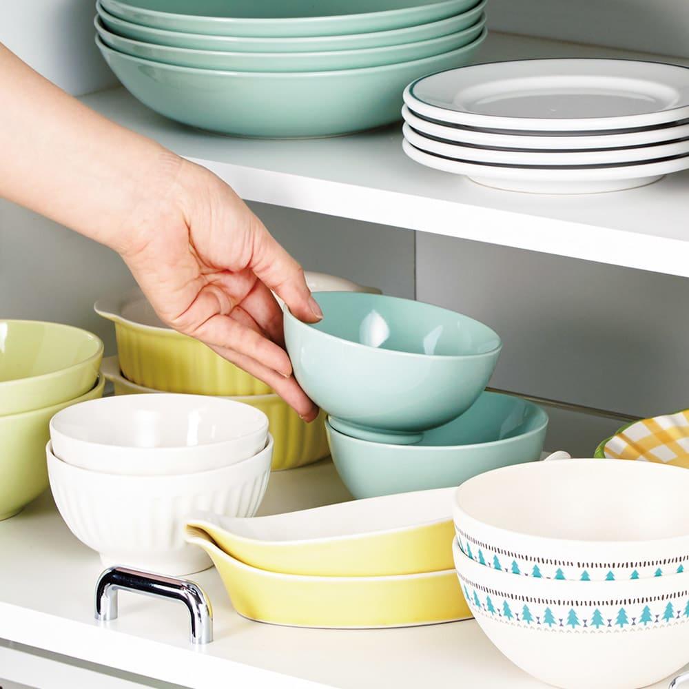 食器が探しやすく取り出しやすい食器棚 幅45cm スライド式だから奥の食器もラクラク。奥行を活かして大量収納が可能。奥の食器もラクに取り出せます。
