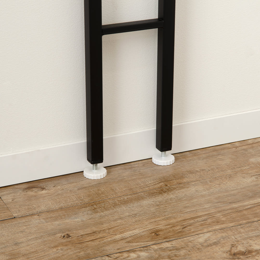 1本脚ですっきり置ける カフェ風スマートランドリーラック 棚3段タイプ 脚部はアジャスター付きなので、床のガタツキも調整可能。
