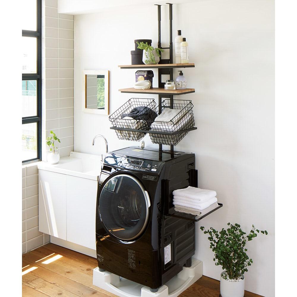 1本脚ですっきり置ける カフェ風スマートランドリーラック 棚3段タイプ 使用イメージ(ア)ブラック 「ざらっとしたマットな質感の本体」と「天然木調の棚板」がマッチしたおしゃれなカフェ風スタイル。 ※写真は棚2段バスケット2個タイプです。