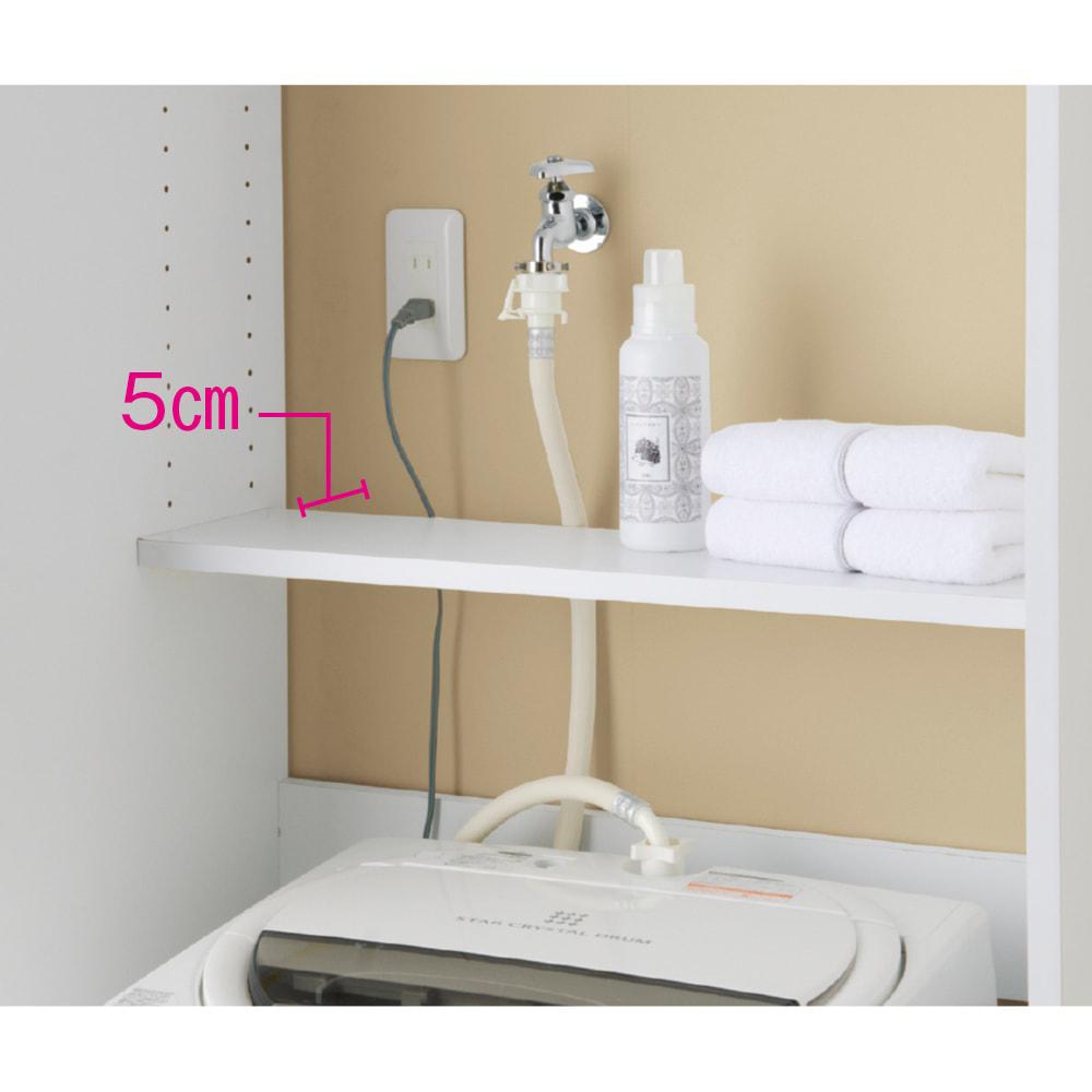 洗濯機が入るスライドバー付きシステムランドリー収納庫 洗濯機ラック 幅80cm オープン部の棚板は、奥からコードやホースが通せ、洗濯機蓋にも干渉しにくい奥行15cmのハーフ棚。3cm間隔で高さが調整できます。