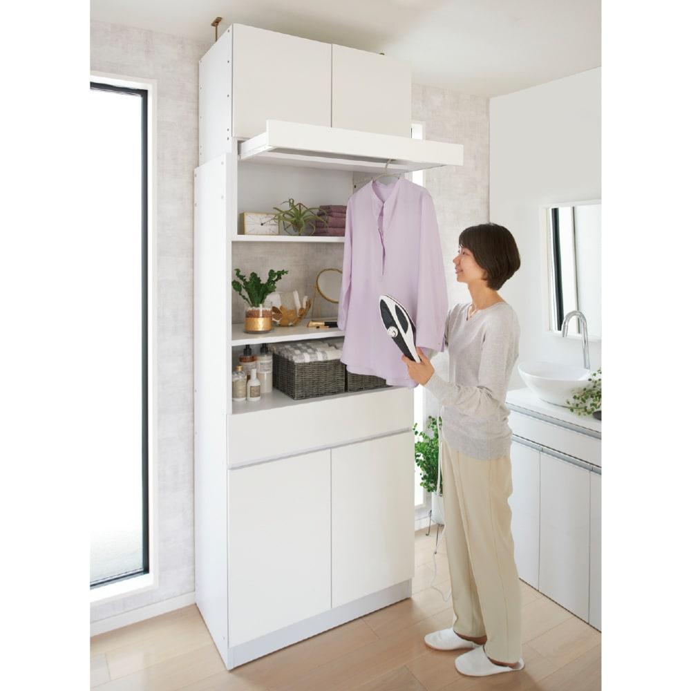 洗濯機が入るスライドバー付きシステムランドリー収納庫 洗濯機ラック 幅80cm 使用イメージ ハンガーバーは、洗濯後のシワ伸ばしやハンディアイロンかけなどがしやすく便利。 ※写真は収納キャビネット幅80cmタイプです。