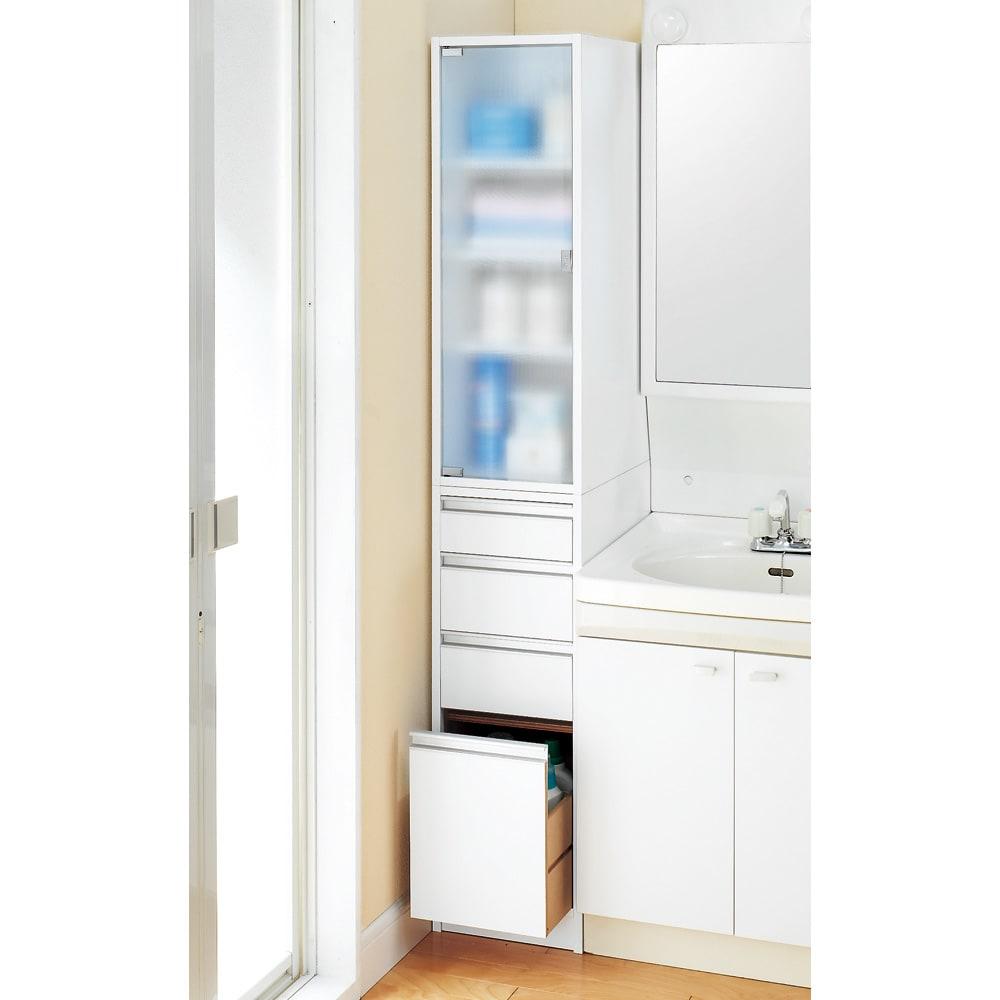 アクリル扉すき間収納庫 奥行44.5・幅15cm サニタリーの隙間をハイタイプでさらに有効活用。 上段のアクリル扉が洗面所の雰囲気をやわらかく演出します。 写真は幅30cmのタイプです。