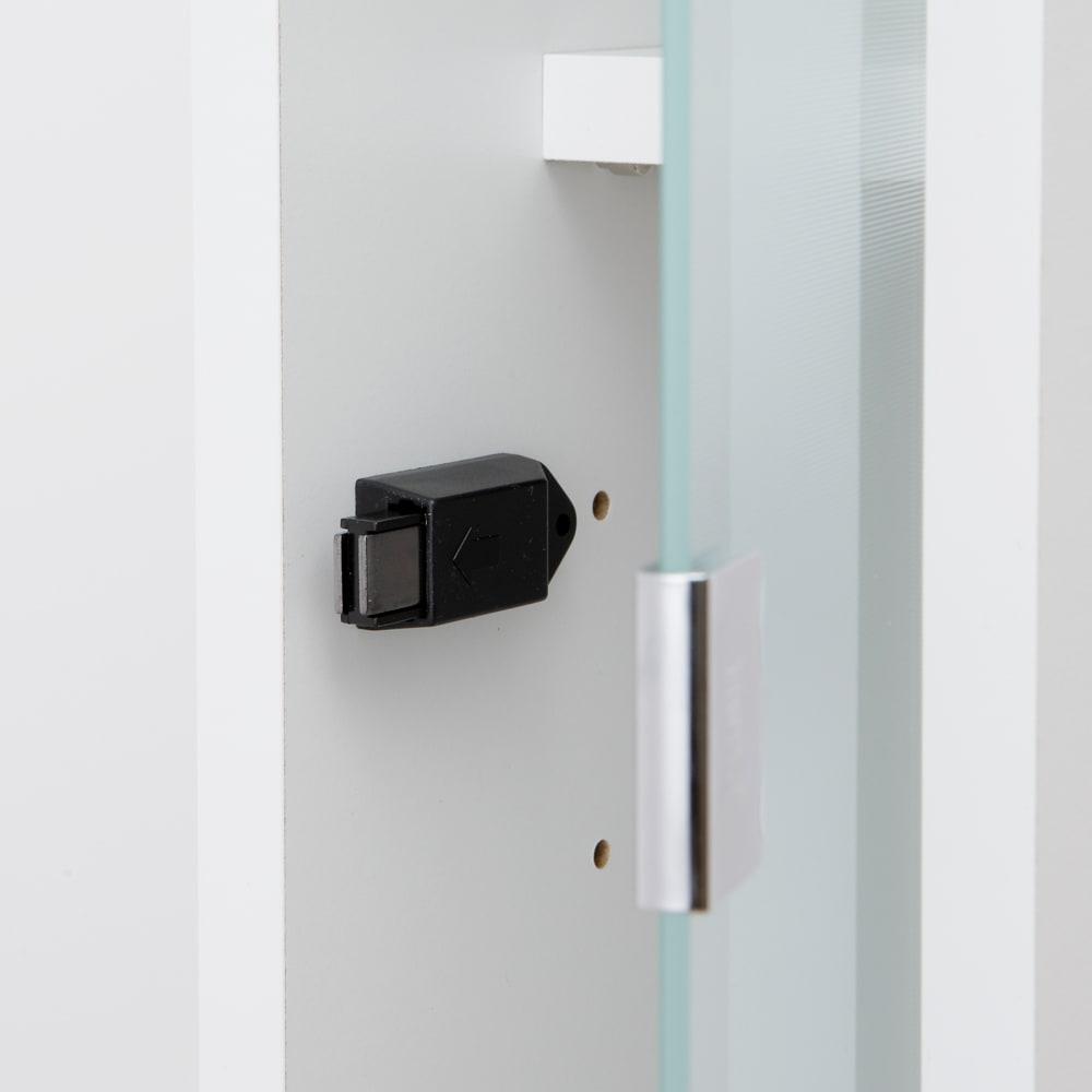 アクリル扉すき間収納庫 奥行44.5・幅25cm アクリル扉はワンタッチで開くプッシュオープン式。
