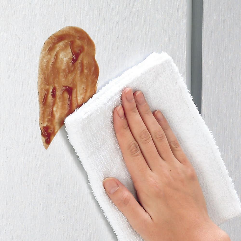 取り出しやすい2面オープンすき間収納庫 奥行44.5cm・幅30cm 前面はお手入れがラクな光沢仕上げ。汚れやすいキッチンではサッと拭けてお手入れラクラク。