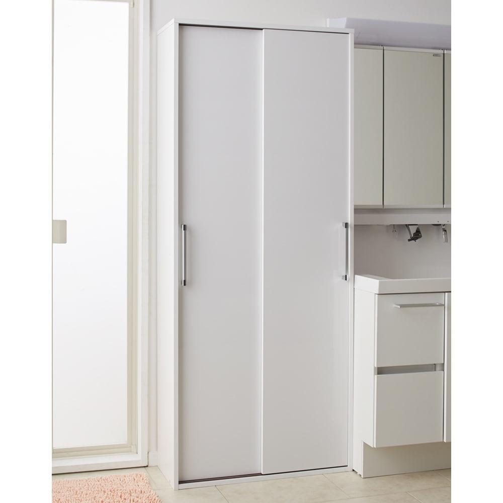 すっきり隠せる薄型引き戸収納庫 幅67.5cm スライド扉を閉めると、清潔感のあるシンプルなデザインで、洗面所がスッキリとした印象になります。(※写真は幅75cmタイプ)