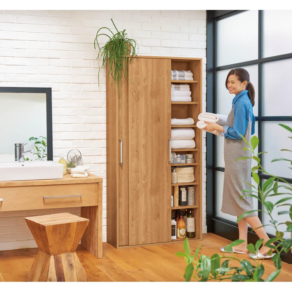 すっきり隠せる薄型引き戸収納庫 幅82.5cm 落ち着きのある天然木調ブラウンは洗面所にゆったりとした安らぎをもたらします。(イ)ブラウン ※写真は幅90cmタイプです。