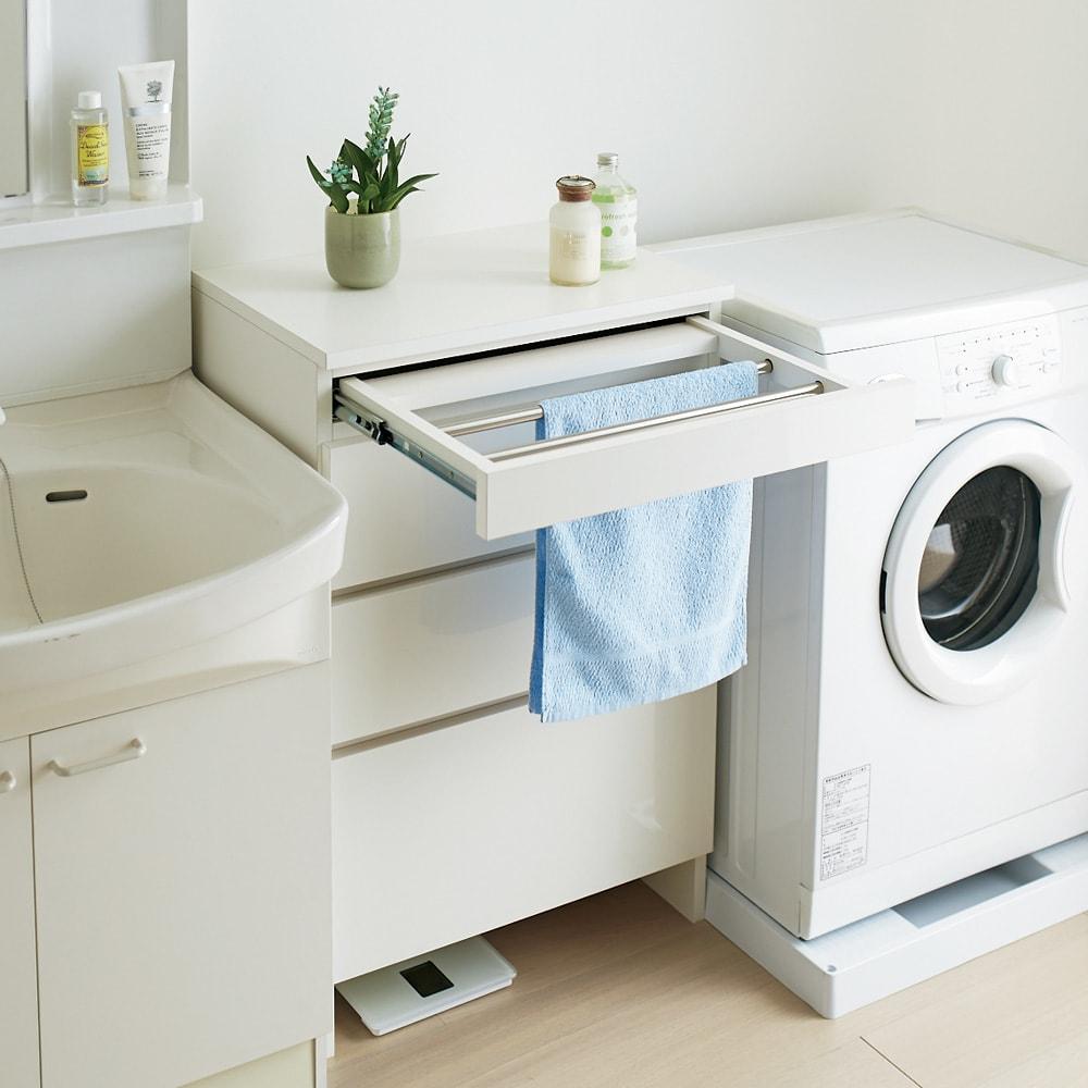 家事がしやすい サポート引き出しサニタリーチェスト ロータイプ 幅40.5cm ロータイプのハンガーバーはタオル掛けやバスマット干しに便利です。 (※写真は幅60.5cmタイプです)