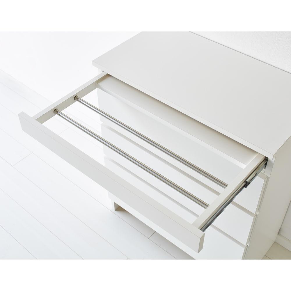 家事がしやすい サポート引き出しサニタリーチェスト ロータイプ 幅40.5cm 上部のハンガーバーは必要なときだけ引き出せる優れもの。 (※ハンガーバー耐荷重約2kg)