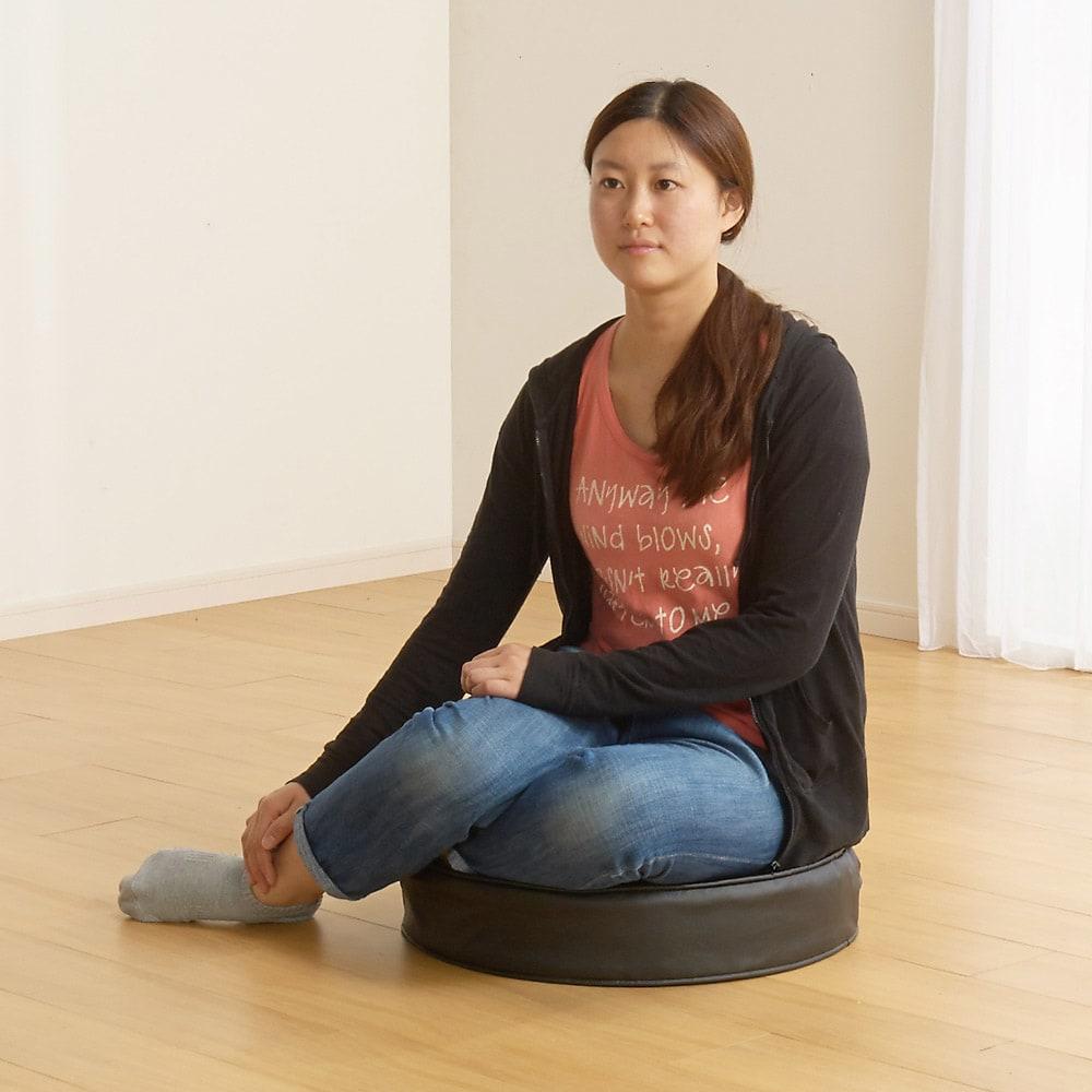 合皮シンプルモダン座布団 丸型・同色2枚組 硬めのすわり心地で座ってもさほど沈みません。しっかりお座りいただけます。