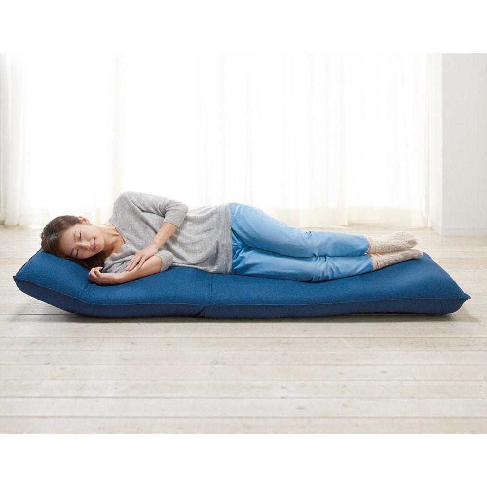 産学共同研究から生まれたネオボディサポートチェアII ワイドロング・幅65cm 頭部は枕のようにウレタンの厚みがあるのでゆったりうたた寝もできます。