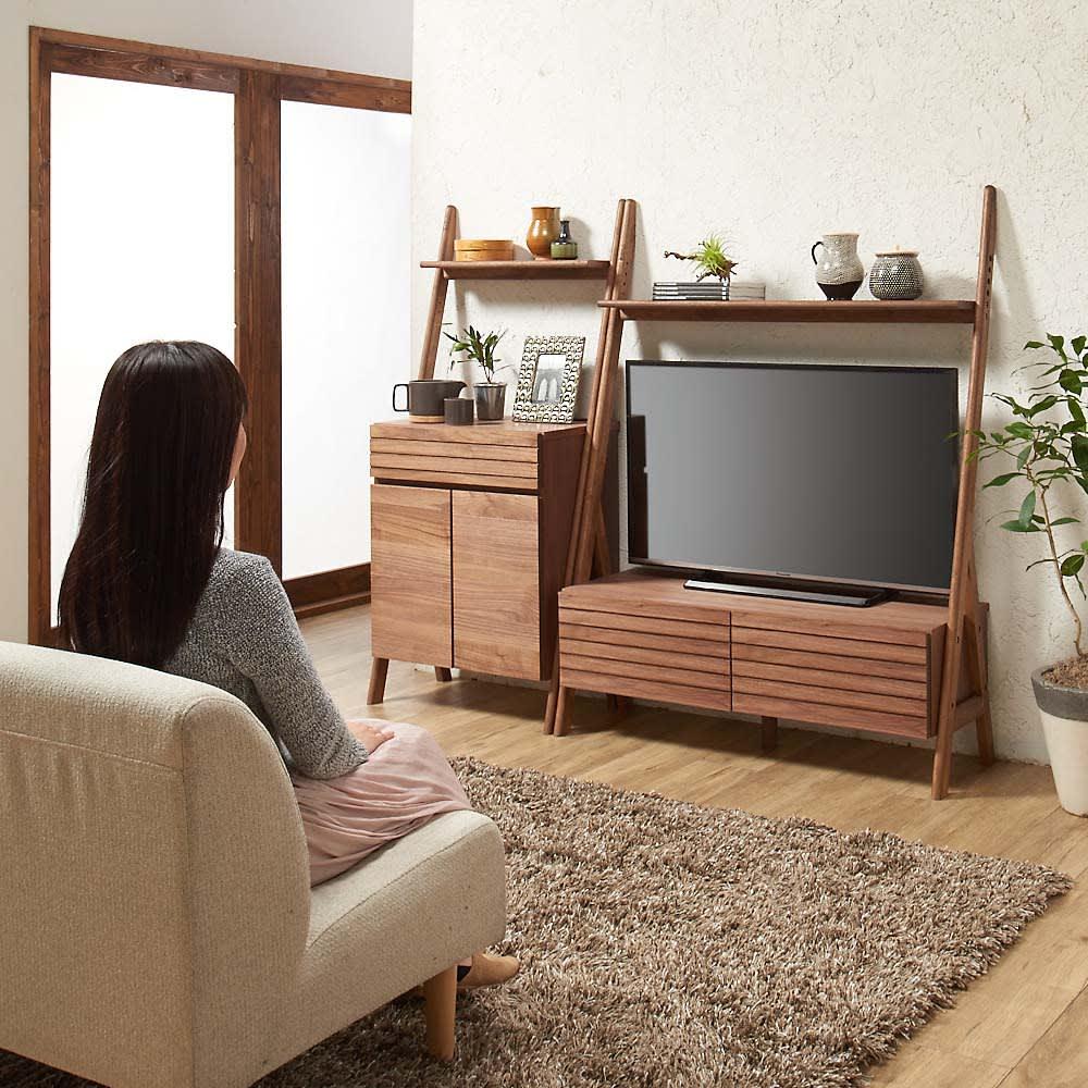 天然木シェルフテレビ台シリーズ テレビ台 幅110cm ソファからテレビを見るのにちょうど良い高さ感です。