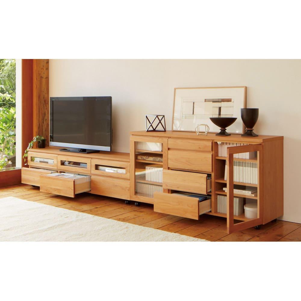 移動しやすいキャスター付きアルダー天然木 キャビネット収納・幅135.5cm テレビ台との組み合わせ例。