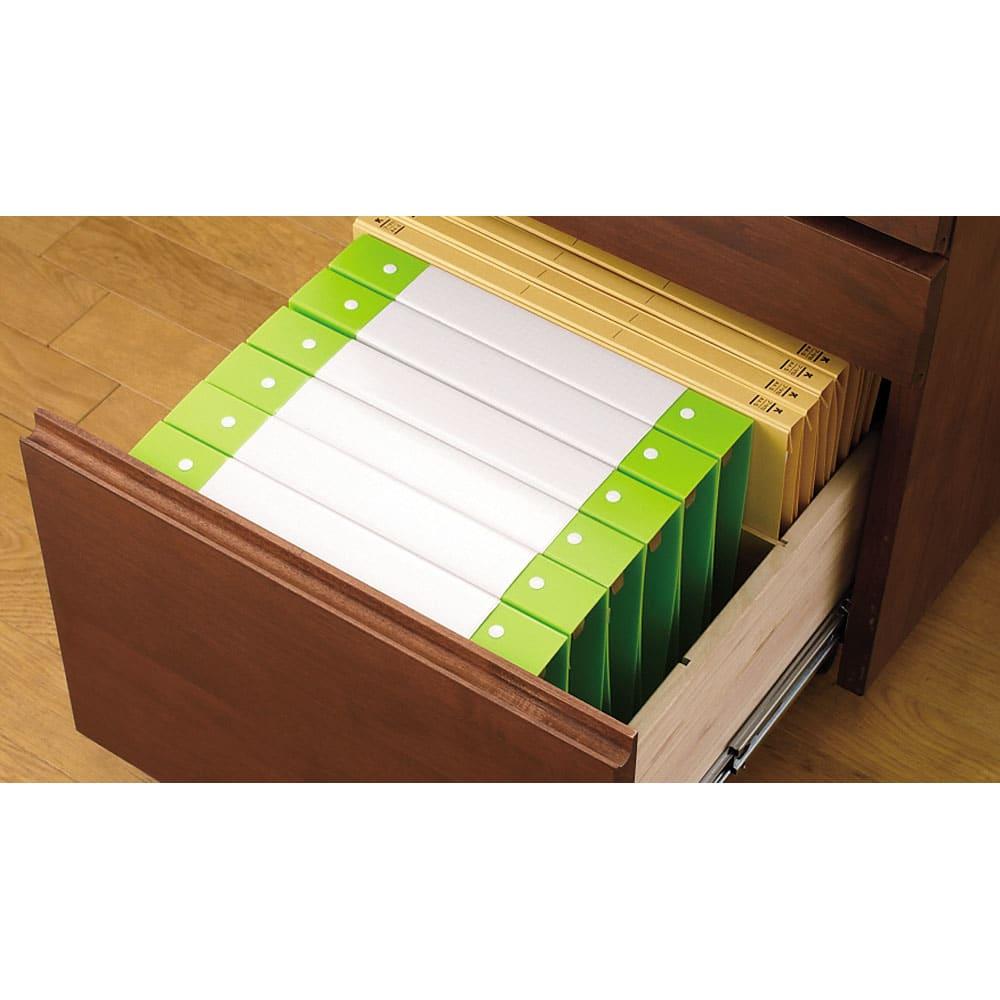 移動しやすいキャスター付きアルダー天然木 天板昇降式デスクチェスト 引き出し最下段はフルオープンタイプのスライドレール式でA4サイズの書類の出し入れに便利。