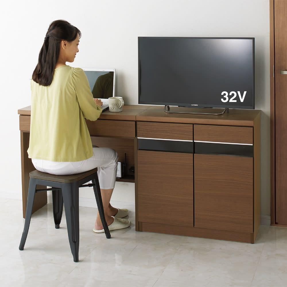 リビングギャラリーシリーズ デスク 幅60cm 2口コンセントつきなので、パソコン作業などにも便利。 色見本(イ)ダークブラウン ※写真のデスクは幅80cmタイプです。