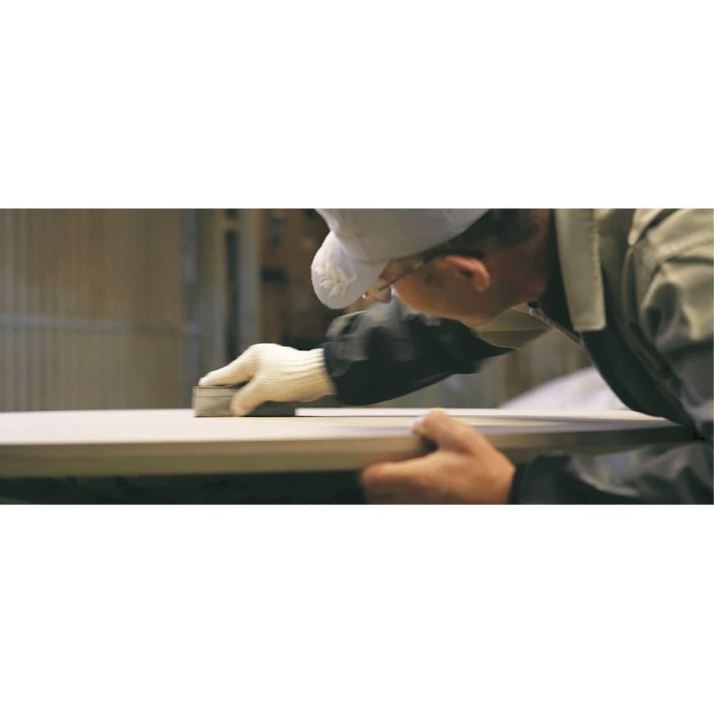 タモ天然木アルミライン薄型デスク 奥行45cm 幅100cm 「使い勝手だけでなく心を満たすデスクを」そんな私たちの想いに応え、職人の真心で一台ずつ丁寧に研磨し作ります。本物の家具の素晴らしさを伝えてくれる美しい仕上がりです。
