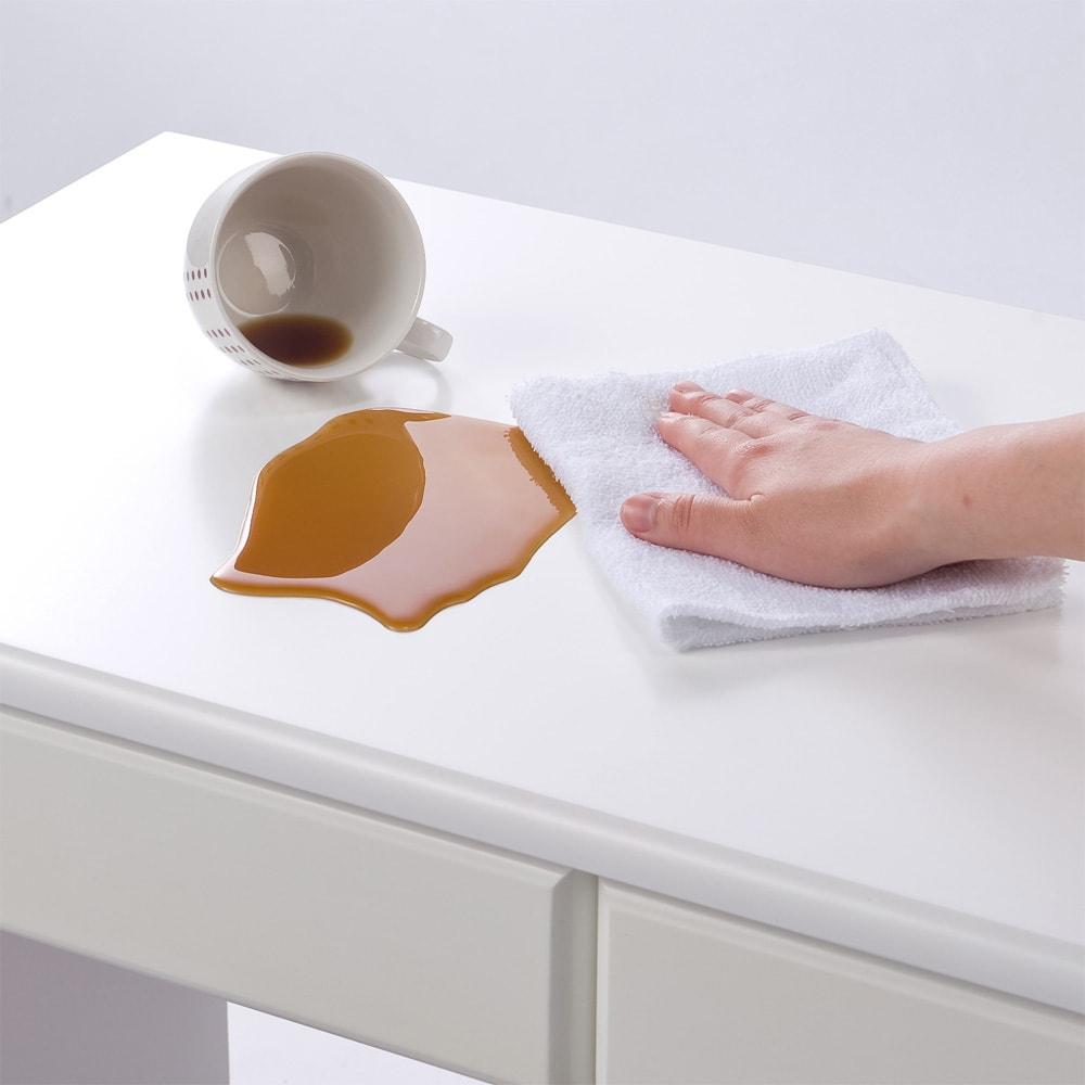パイン天然木 薄型シンプルデスクシリーズ デスク 幅150cm ダイニングテーブルにも使われるウレタン塗装を施しているので、傷や汚れにも強くお手入れも簡単です。